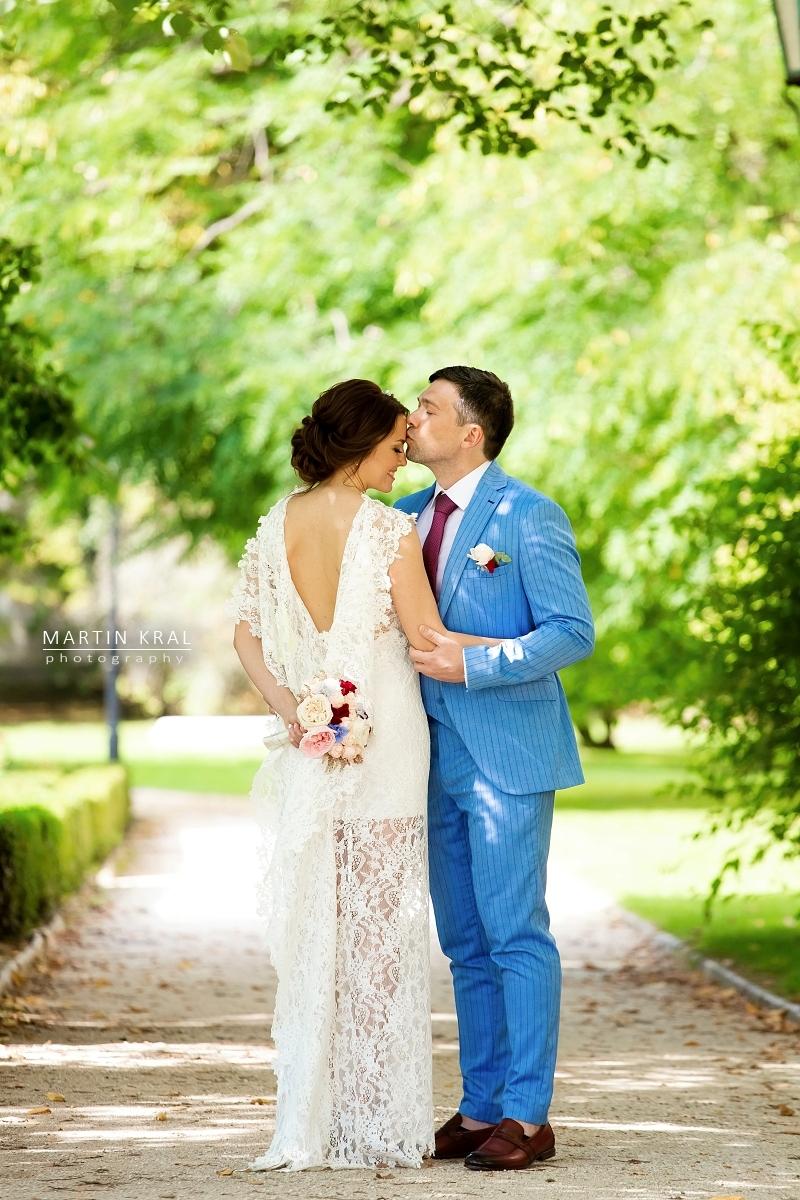 Svatební fotograf - ženich a nevěsta - svatba na zámku Hluboká nad Vltavou