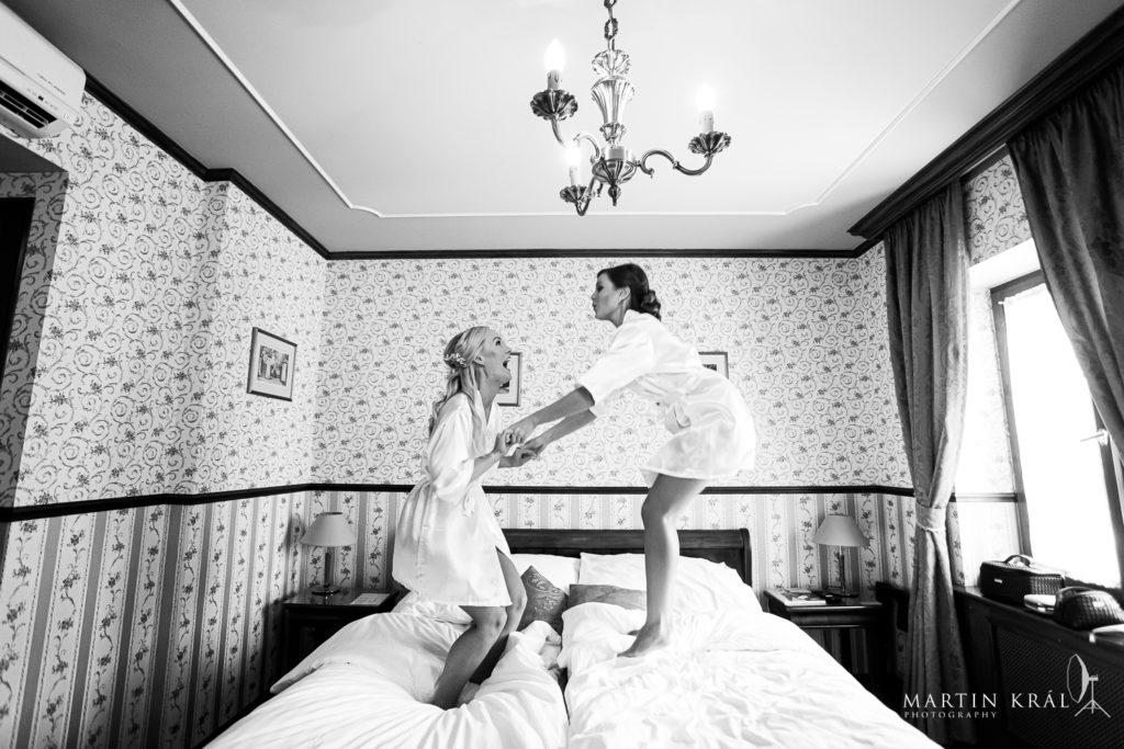 Svatebvni fotograf v Praze | Nevěsta s družičkou